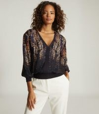 REISS REGINA PRINTED V-NECK BLOUSE BLUE PRINT / blouson tops