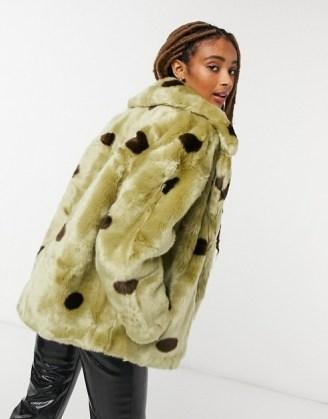 Jakke rita cropped coat with big collar in sage green polka dot / faux fur winter coats - flipped