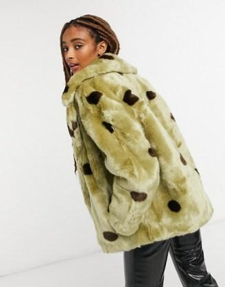 Jakke rita cropped coat with big collar in sage green polka dot / faux fur winter coats