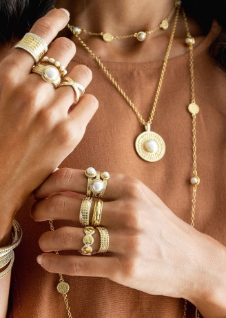 ANNA BECK REIMAGINED PEARL MEDIUM PEARL PENDANT NECKLACE – GOLD / circular pendants / round disc necklaces / boho jewellery