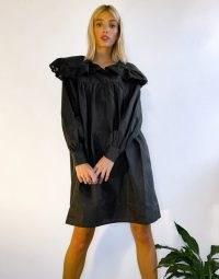 Vila mini dress with oversized collar detail in black – vintage look dresses
