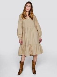 Langermet kjole med v-hals