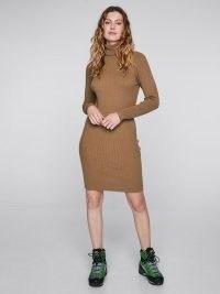 Ribbestrikket, høyhalset kjole