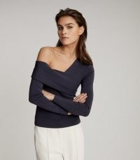 REISS ELIAH KNITTED ASYMMETRIC TOP NAVY / dark blue knit off shoulder tops