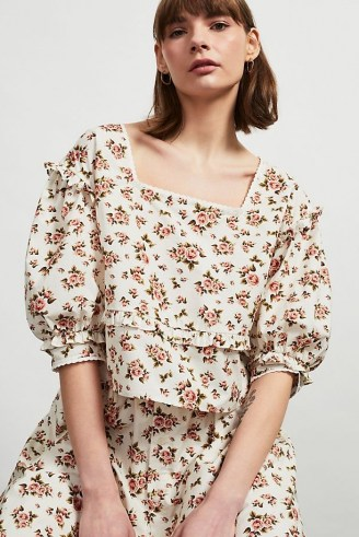 Meadows Daphne Organic Printed Top – voluminous floral blouse with a square neckline and ruffle trim – romantic style fashion - flipped