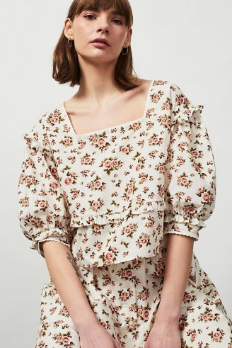 Meadows Daphne Organic Printed Top – voluminous floral blouse with a square neckline and ruffle trim – romantic style fashion