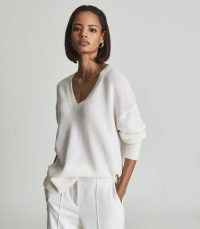 Reiss ROSA V NECK CASHMERE JUMPER CREAM | slouchy jumpers