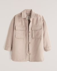 ABERCROMBIE & FITCH Oversized Cozy Shirt Jacket in Light Brown – on trend overshirts – fashionable shackets – casual jackets